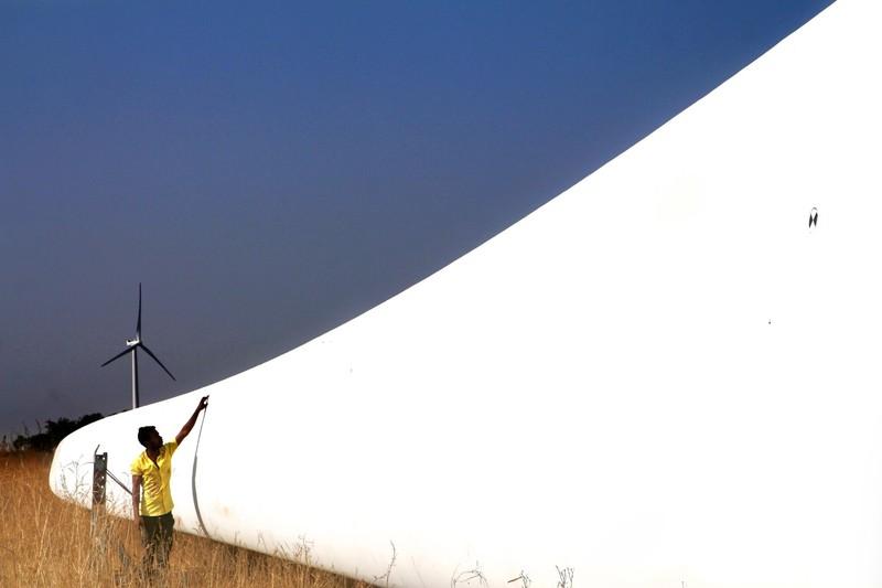 fotografie mecanic verifica lamele moara vant eoliana