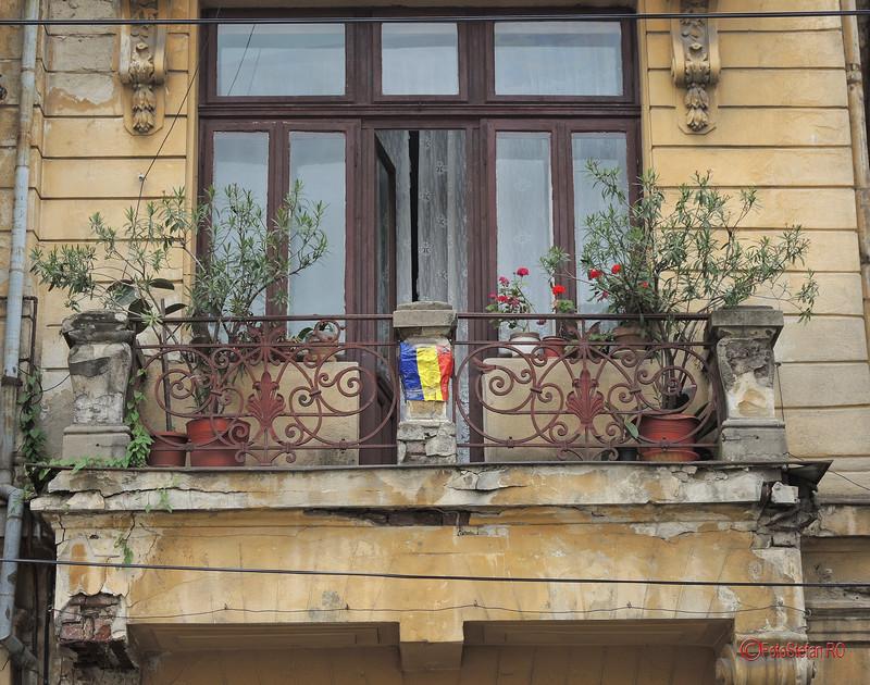 poza mic steag romanesc balcon bucuresti