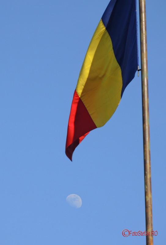 poza luna steagul tricolor romania