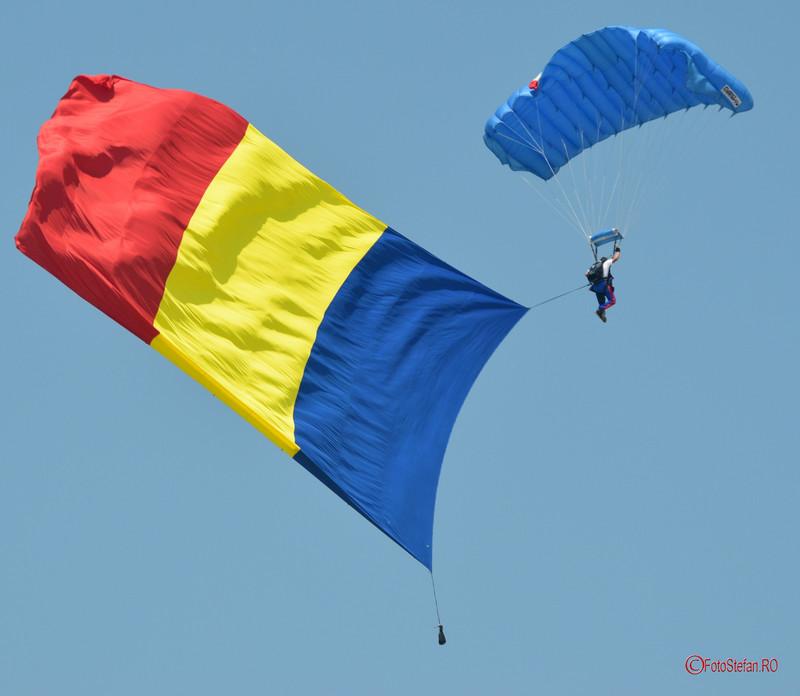 poza fotografie steagul romaniei tricolor parasutis spectacol aerian