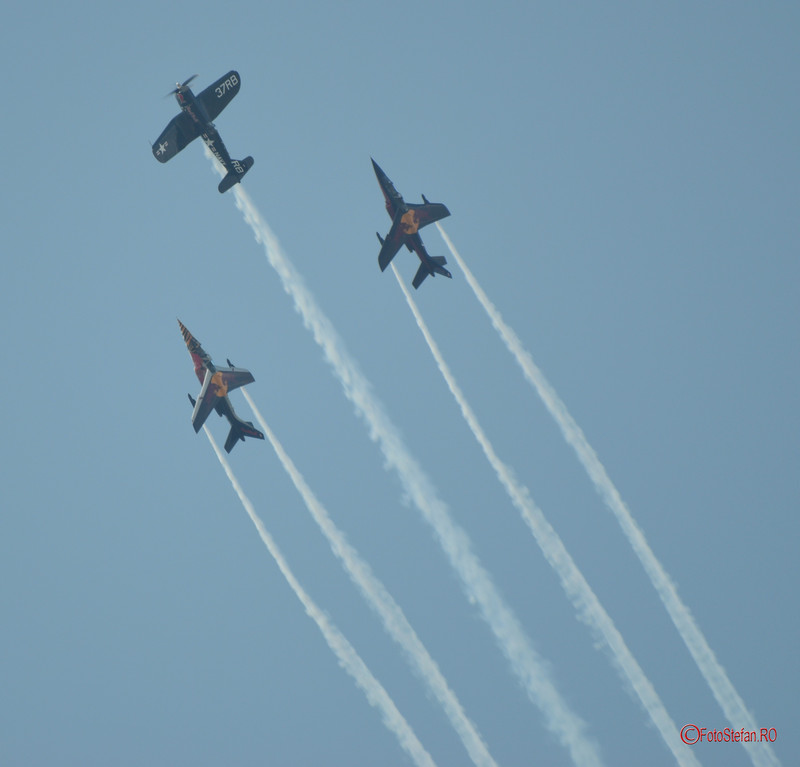 poza avioane epoca flying bulls f-4u corsair alphajet