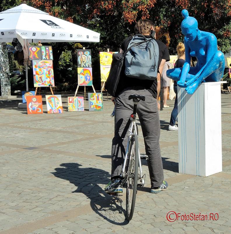 poza biciclist sculptura albastra Art Walk Street 2017 #AWS  Piata Revolutiei Bucuresti
