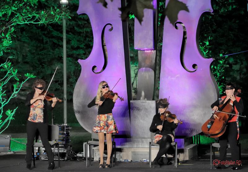 poza fete legate la ochi viori violoniste concert amuzant