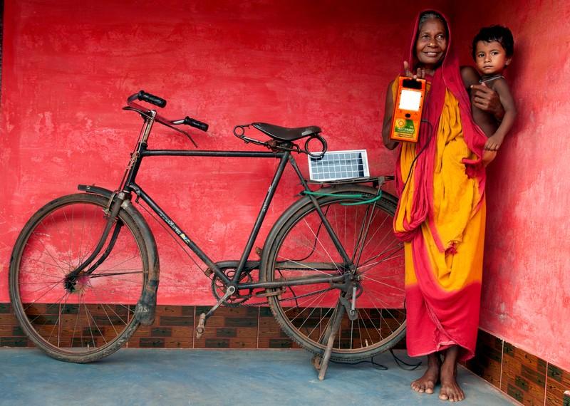 poza femei copil panou solar bicicleta Sudipto Das Creating future