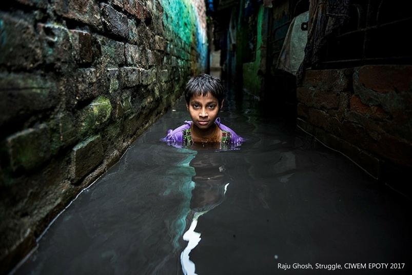 poza baiata indian inundatie Struggle Raju Ghosh