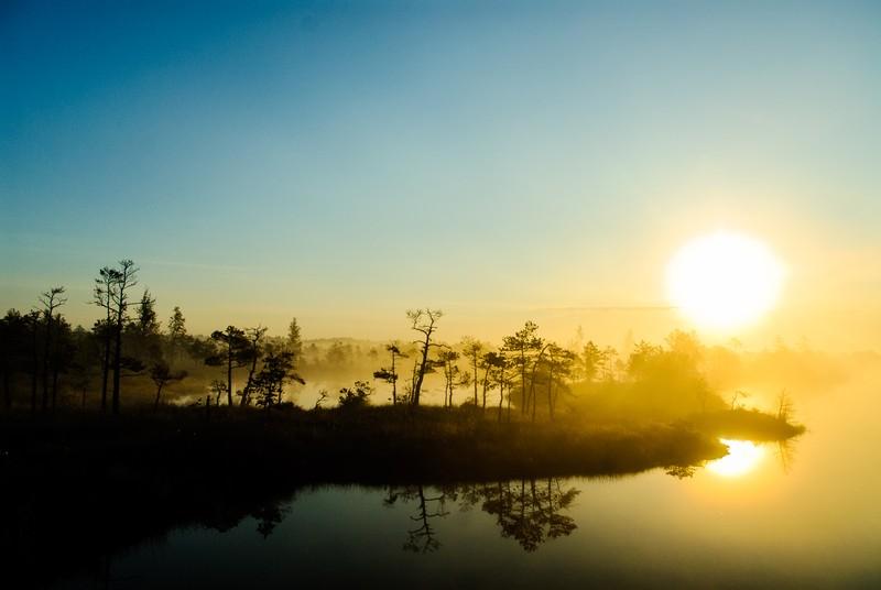 poza peisaj dimineata rasarit lituania lac ceata