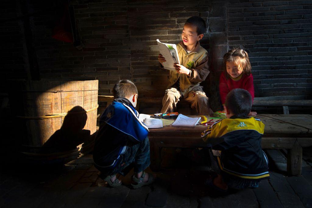 poza copii chinezi cititnd lumina Jianhui LIAO