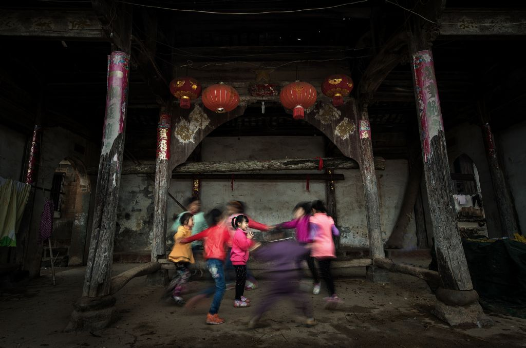 poza copii chinezi jucandu-se joaca fotograf Jianhui LIAO