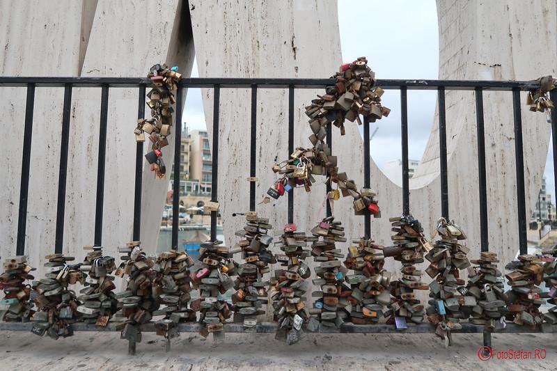 poze foto lacatele iubirii dragoste malta love sign