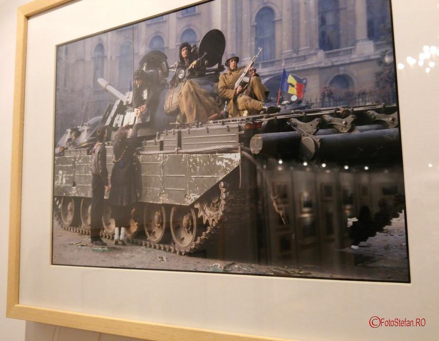 poza tanc revolutie bucuresti decembrie 1989 soldati