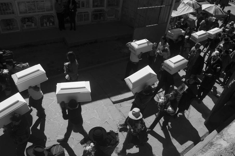 poza inmormantare sicrie mici victime terorism