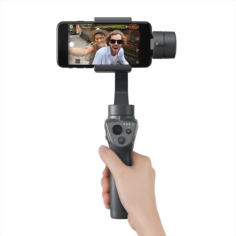 poza mana tine DJI Osmo Mobile 2 smartphone filmare