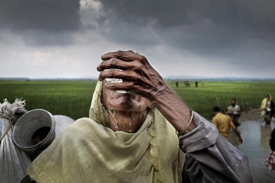 poza femei refugiat bea apa sete insetat