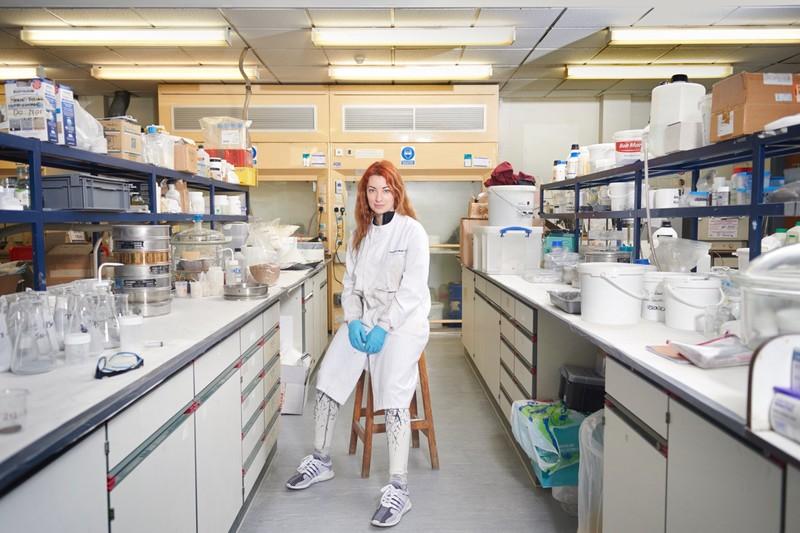 poza fata femei halat alb laborator