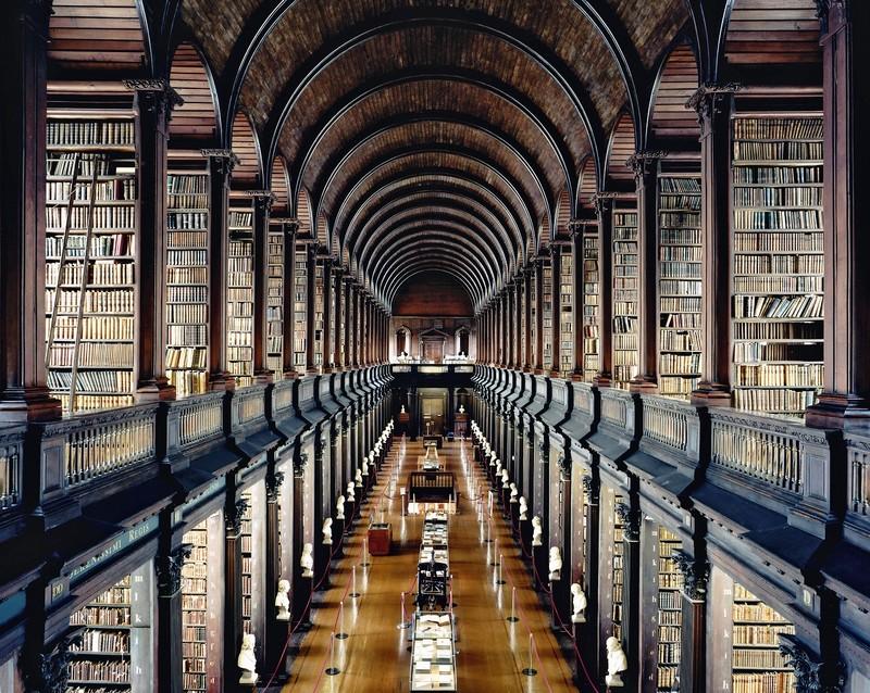 fotografie biblioteca interior carti lumina candida hofer