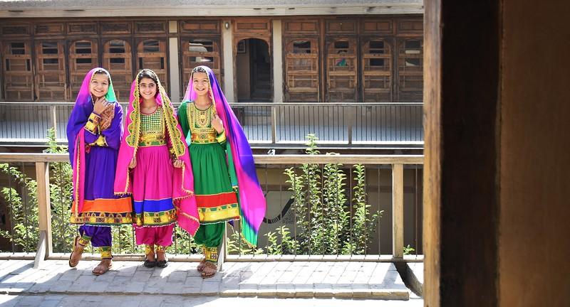 poze trei fete costume populare Turquoise Mountain