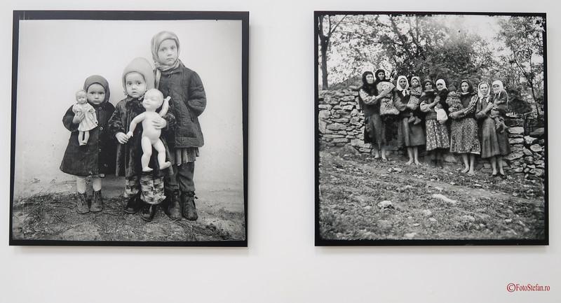 poza alb negru copii papusi basarabia moldova