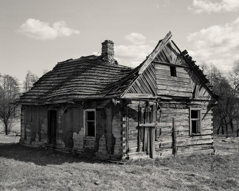fotografie alb negru cladire lemn darapanata daramata