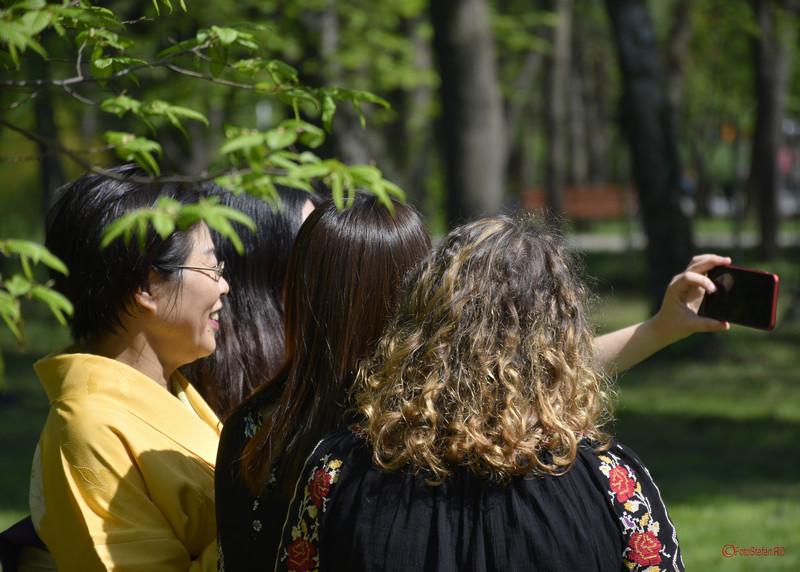 selfie grup fete gradina japoneza parcul herastrau bucuresti romania