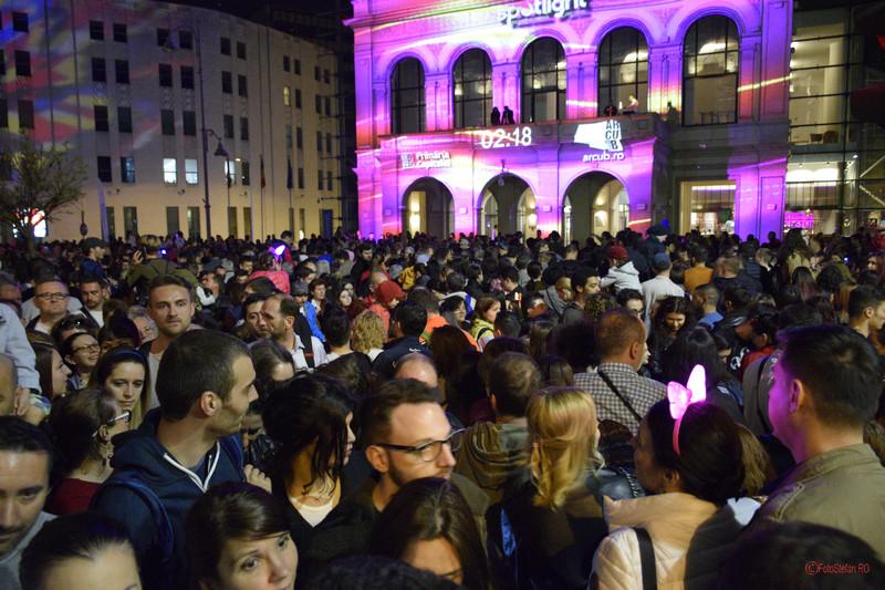 poza spectatori aglomeratie oameni Festivalul Luminii Spotlight BucurestiFestivalul Luminii Spotlight Bucuresti