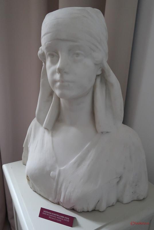 poza bus sculptura palatul sutu sculptor Dumitru Mățăoanu
