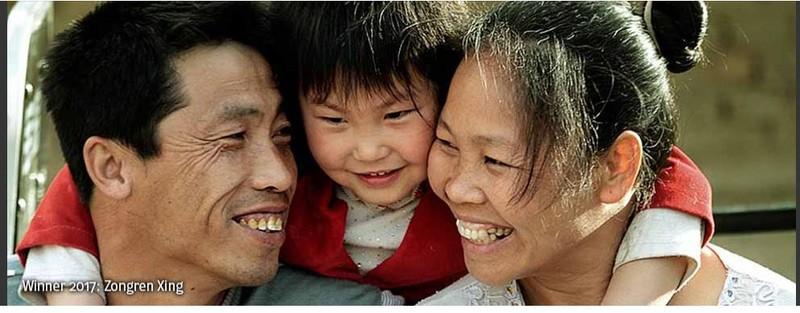 poza familie chinezi zambet oameni Zongren Xing