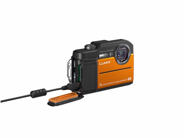 poza incarcare aparat foto compact rezistent Lumix FT7