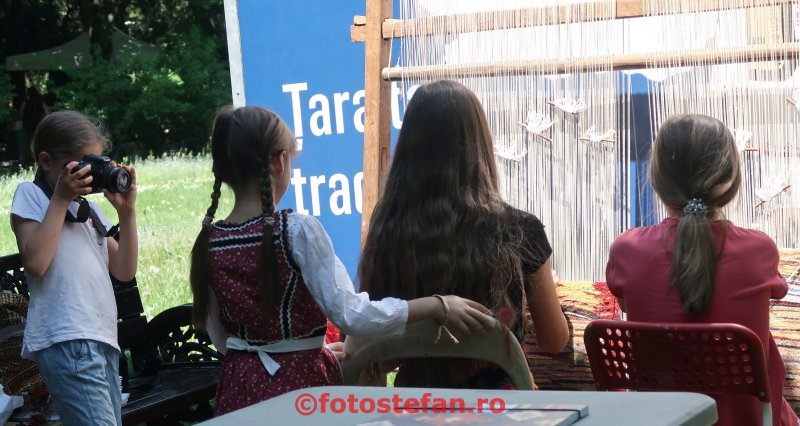 poza fetita fotograf fata razboi tesut vertical copii Ziua Europei  parcul Cismigiu Bucuresti
