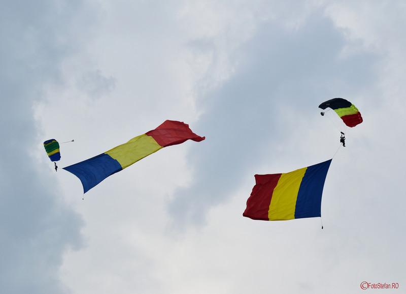 poza steagul romaniei parasutisti show aero