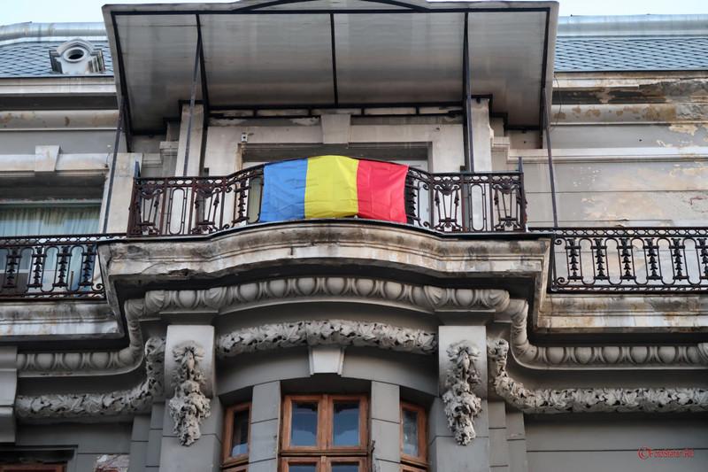 fotografie steagul romaniei drapel tricolor balcon bucuresti