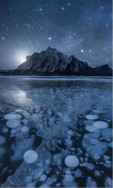 fotografii peisaj munte bule aer inghetate iarna canada lac
