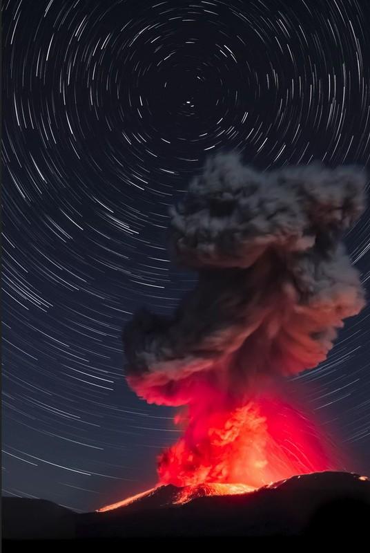 poza vulcan erupere stele munte cenusa lava