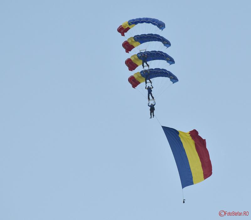 poze parasutisti steagul romaniei fotografii Bucharest International Air Show BIAS