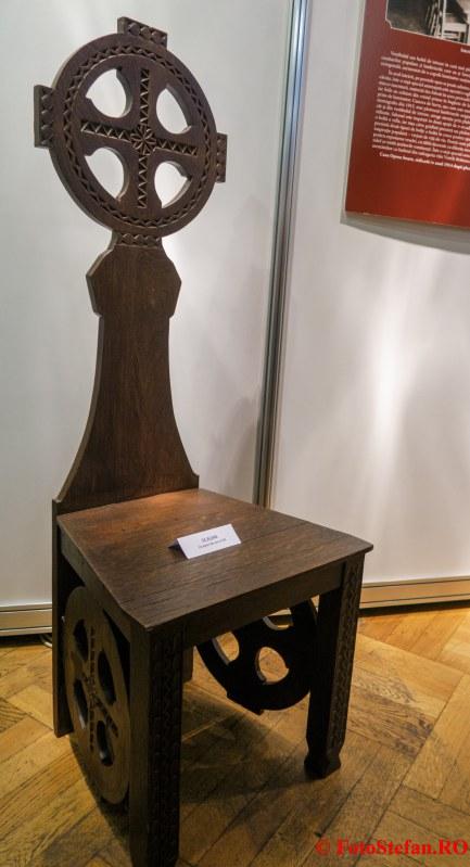 expozitie arta ambient bucurestean poza scaun sculptat sculptura