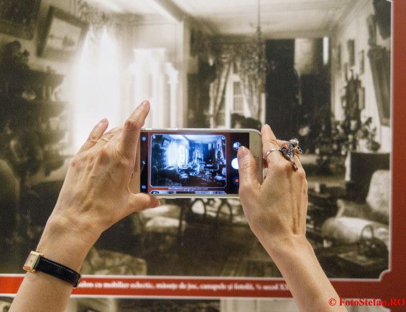 expozitie arta ambient poza telefon mobil mina inel