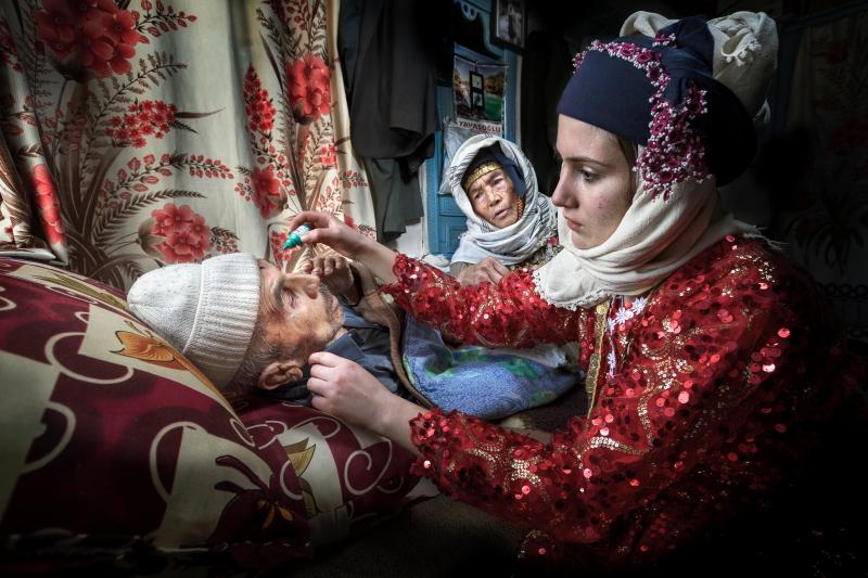 Leyla Emektar poza asistenta medicala turcia batran ingrijire