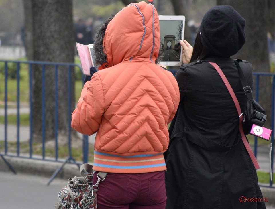Ziua Mondiala a Fotografiei poza fete fotografiere telefon mobil tableta