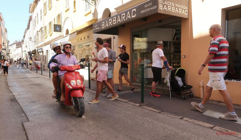 saint tropez franta poze coasta de azur motoscuter
