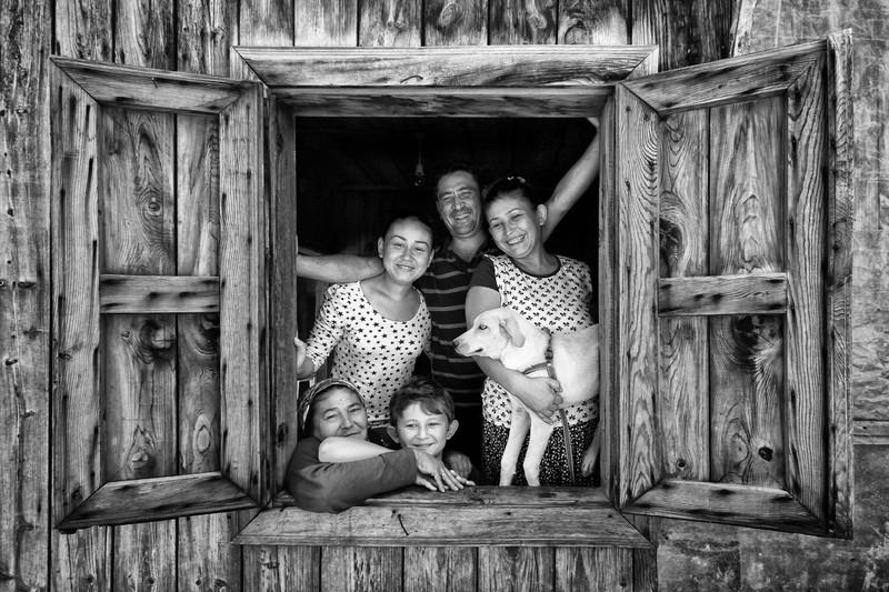 Leyla EMEKTAR poza lab negru familie casa lemn