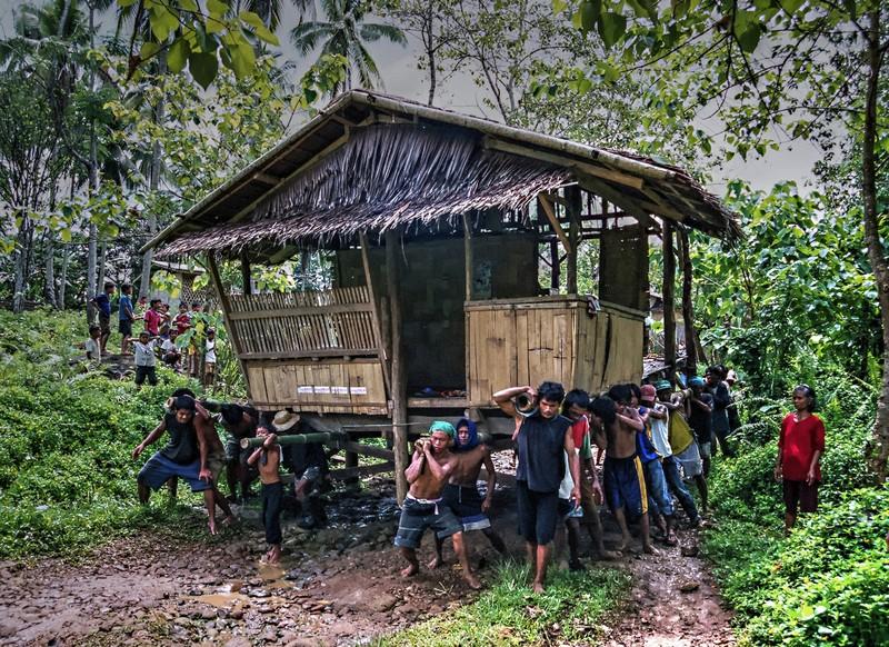 World Wood Day Raniel Castañeda Bayanihan Spirit poze oameni casa lemn