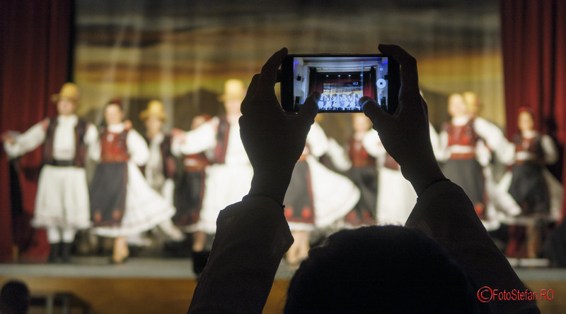 Albumul Transilvania inima Romaniei fotografii vernisaj telefon mobil