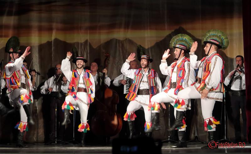 ansamblu folcloric poze dansatori costume traditionale romanesti