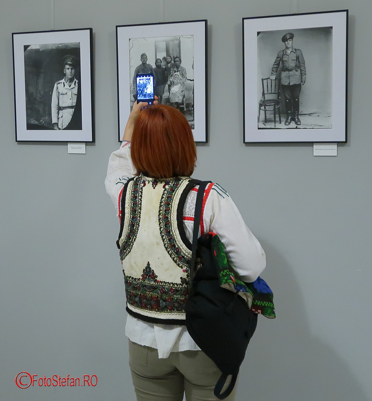 poza fotografa costum popular romanesc fotografiere telefon mobil