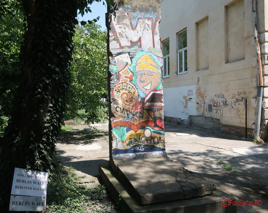 poza zidul berlinului curtea muzeului Memorialul Revolutiei timisoara romania
