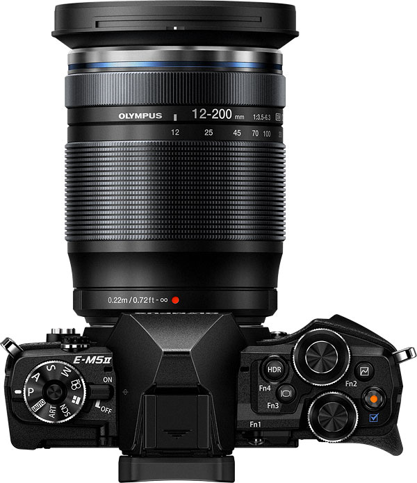 poza aparat foto mirrorless olympus OM-D E-M5 Mark II  obiectiv zoom 16x