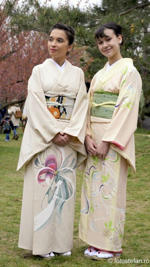 poza fete kimono gradina japoneza primavara