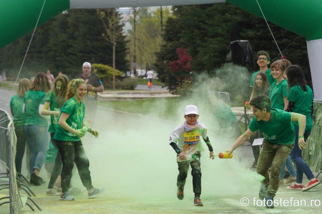 poza baiat alergare cursa colorata