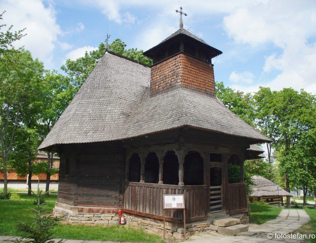 poza biserica lemn muzeul satului bucuresti