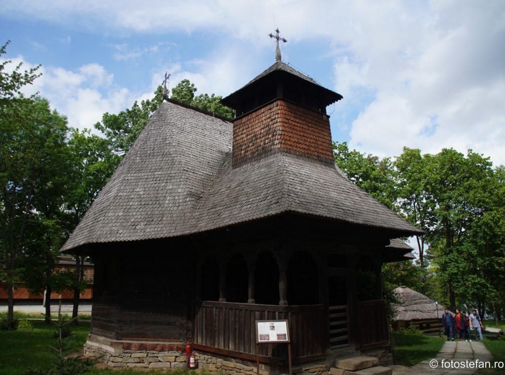 fotografie biserica lemn muzeul satului bucuresti