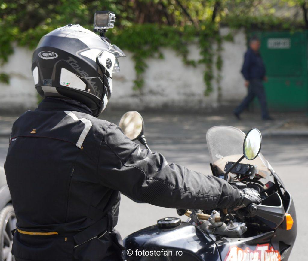 poza camera casca motociclist